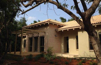 בניה ירוקה בית בצל עצי אבוקדו